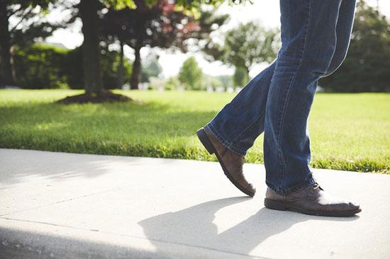 Rückenschmerzen beim Gehen - 4 mögliche Ursachen