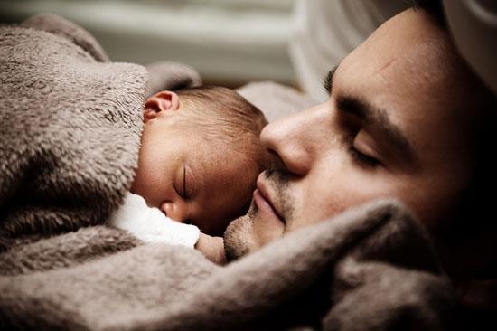 Warum weinen Babys im Schlaf