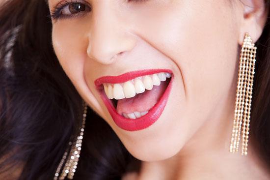 Wie kann man seine Zähne schnell bleichen 7 Tipps und 8 Hausmittel