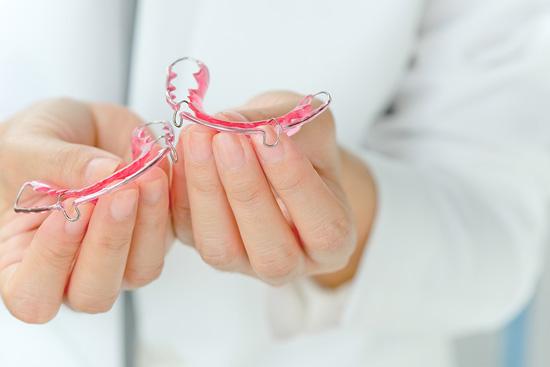 Wie reinigen Sie Ihre Kieferorthopädie gründlich zu Hause