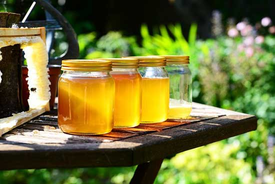 Top 7 gesundheitliche Vorteile von Honig (und mögliche Nebenwirkungen!)