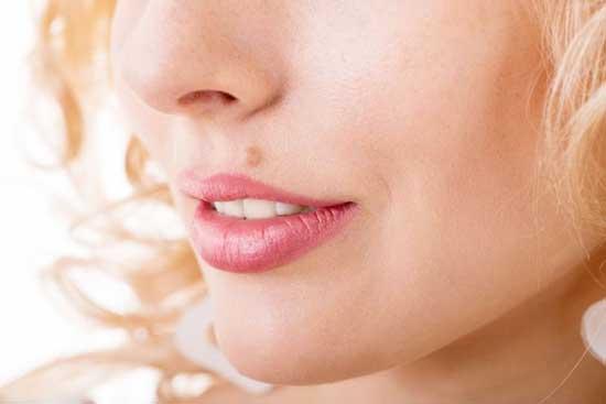 Wie man Warzen im Gesicht schnell entfernt