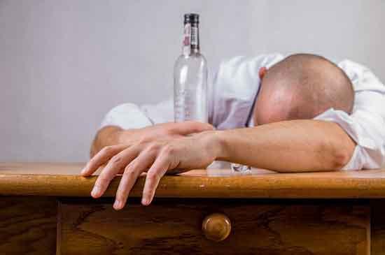 Alkohol verursacht Haarausfall und andere Nebenwirkungen