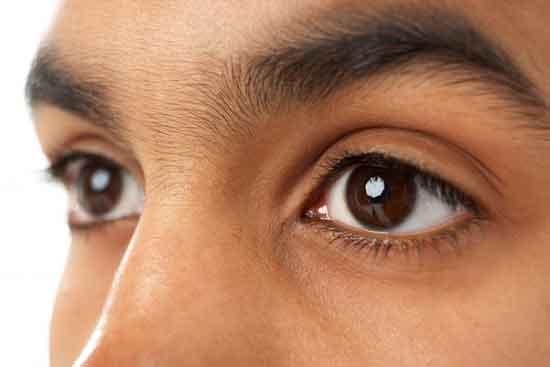 Auge ist größer als das andere.