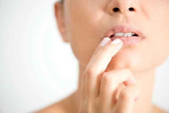 Fieberbläschen am Kinn 5 Ursachen, 5 Symptome und Behandlung