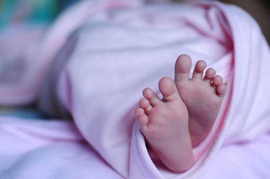 Meningitis beim Baby 3 Ursachen, 10 Symptome, Behandlung