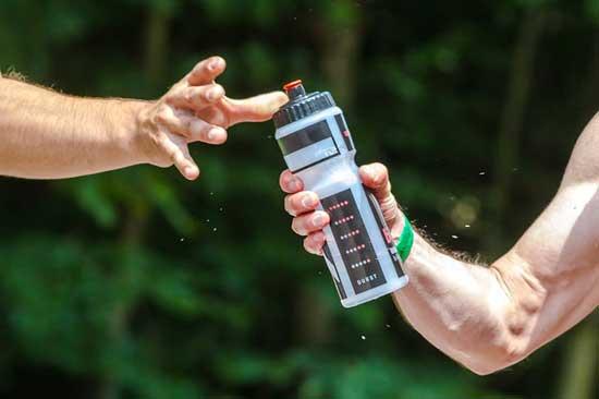 Trinken von Elektrolytwasser 3 Effekt (und wie man es zu Hause macht!)
