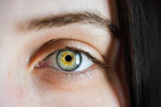 weißer Augenausfluss 3 Ursachen und Behandlung