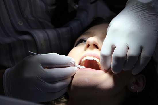 Zahnschmerzen in der Nacht - Ursachen und Hausmittel