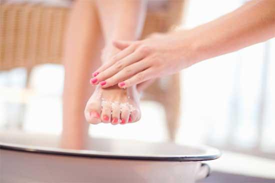 abgestorbene Haut (tote Haut) entfernen - (7 Wege!)