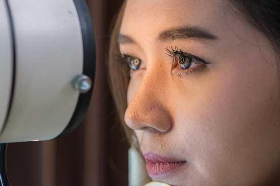 Druck auf den Augen ᐅ 8 Ursachen und Behandlung