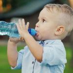 Warnzeichen, dass Ihr Kleinkind mehr Wasser trinken muss.