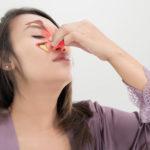 Was ist postnasaler Tropf? Schleim tropft aus der Nase in den Hals.