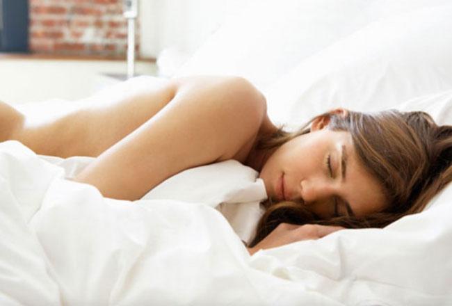 Vorteile von Schlafen Nackt Warum es der Schlüssel zu einem guten Nachtschlaf sein kann