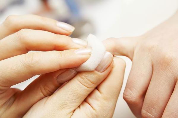 Wie behandelt man einen eingewachsenen Fingernagel
