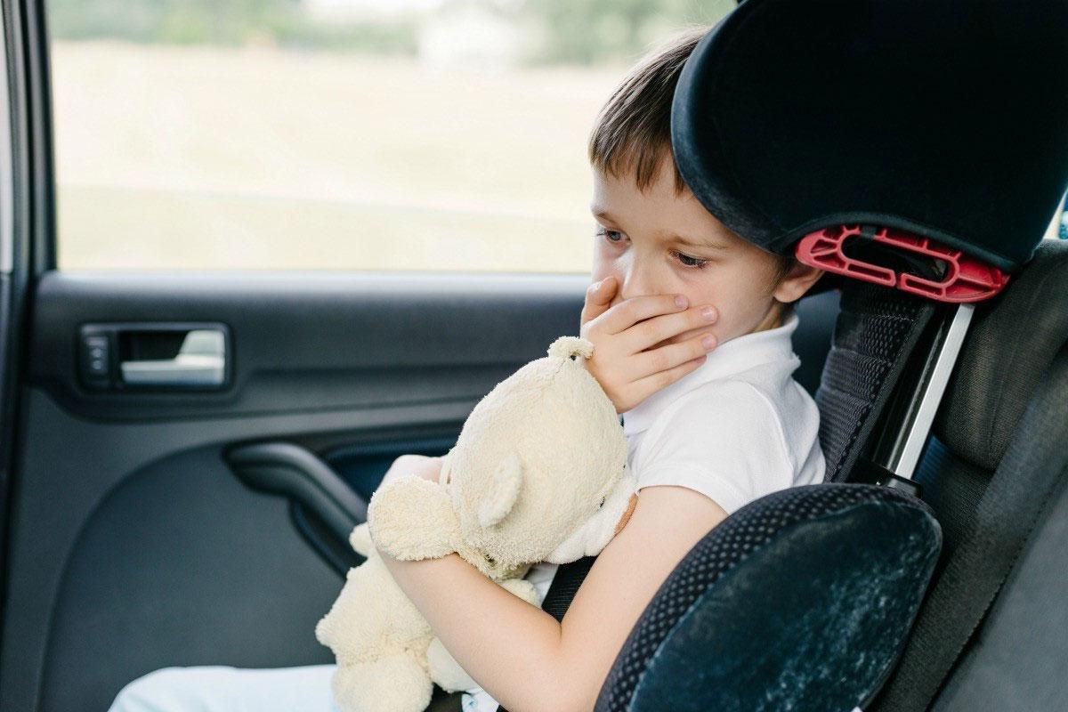 Auto Geruch macht kleinen Jungen ekelhaft